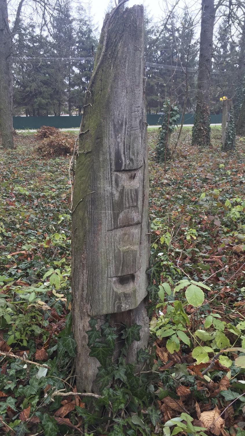 Magyar bajusszal díszített fejfa a kölcsei ótemetőben