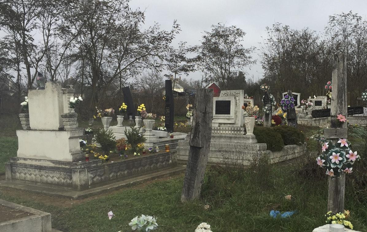 Keletre néző műkő síremlék