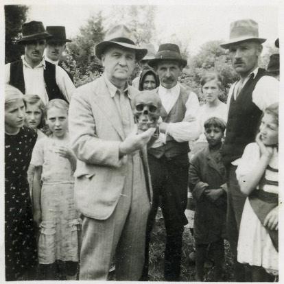 Dr. Ascher Kálmán tiszti főorvos kezében a költő koponyájával
