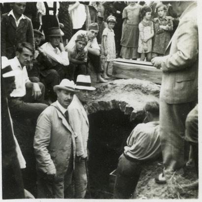 N. Szabó Tibor a fehérgyarmati járás főszolgabírája a régi Kölcsey sír előtt